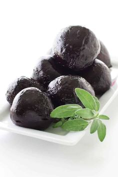 Making roasted beets in the oven is an easy, healthy side dish. Use the beets in salads, appetizers, main dishes or eat them as is. Appetizer Salads, Healthy Appetizers, Appetizer Recipes, Pasta Side Dishes, Healthy Side Dishes, Main Dishes, Raw Beets, Fresh Beets, Beet Recipes