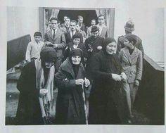 Örtünmeyi yasakladı dediler, şapka takmayanı astı dediler. Nesilleri bu yalanlarla aldattılar.. Ata'sına ağlayan örtülüler ve şapkasız vatandaşlar . 10 Kasım 1938-BERKECAN-