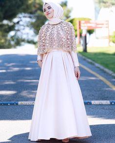 Tesettür Nişanlık Modelleri 2020 - Tesettür Modelleri ve Modası 2019 ve 2020 Hijab Gown, Hijab Dress Party, Hijab Style Dress, Muslim Women Fashion, Islamic Fashion, Abaya Fashion, Fashion Dresses, Model Kebaya, Modele Hijab