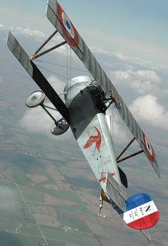geschilderde vliegtuigen ui de eerste,tweede wereldoorlog en hedendaagse vliegtuigen.