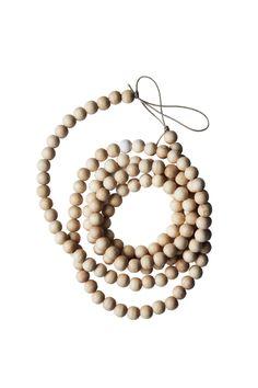 Een super ketting van houten kralen. Leuk om als decoratief element neer te leggen, te draperen of te gebruiken als slinger om bijv. je kerstkaarten aan te hangen.