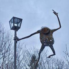 munich | germany | münchen | deutschland | untergiesing | kunstobjekt der fisch herr vogel auf dem hans-mielich-platz im winter