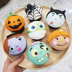 Aren't these adorable! I especially love the pumpkin, spider and mummy cupcakes! - Cupcakes by ? Aren't these adorable! I especially love the pumpkin, spider and mummy cupcakes! – Cupcakes by ? Halloween Desserts, Menu Halloween, Bolo Halloween, Halloween Torte, Halloween Backen, Pasteles Halloween, Halloween Cupcakes Easy, Halloween Cookies, Cute Desserts