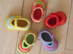 En sød lille sko til spirrivippen på 0-12 mdr i uld. DANSK hækleopskrift. Det er ren glæde at hækle sko... er du nybegynder bør du snarest starte