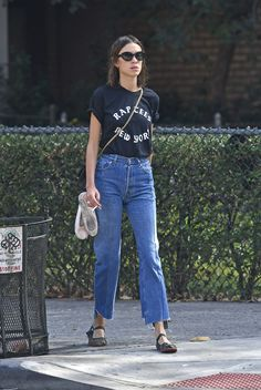 """alexachungdirectory: """" Alexa Chung out and about in New York on September 2016 """" Daily Fashion, Everyday Fashion, Love Fashion, Minimal Fashion, Alexa Chung Style, Casual Chic, Style Guides, Jeans, Street Style"""