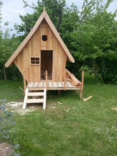 Construction d'une cabane en bois pour mes enfants (54 messages) - Page 3 - ForumConstruire.com Cool Tree Houses, Bird Houses, Kids Outdoor Playground, Outdoor Cat Shelter, Garden Huts, Build A Playhouse, Kids Playhouse Plans, Outdoor Play Structures, Crooked House