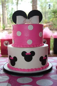 Black, white, pink, and polka dots! Minnie Mouse is a popular party theme especially for little ones turning one. I've rounded up some amazing Minnie Mouse Cakes inspiration for your Minnie Mouse party. 2nd Birthday Parties, Birthday Fun, Cake Birthday, Minni Mouse Cake, Pastel Mickey, Fete Emma, Bolo Minnie, Minnie Cake, Minnie Mouse 1st Birthday