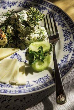 Twarożek ze świrzepą i ziołami #twarożek #przepisy #świrzepa #zioła #śniadanie Palak Paneer, Drinks, Eat, Tableware, Ethnic Recipes, Kitchen, Food, Drinking, Beverages