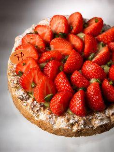 MONTEBELLO [Dacquoise pistachio biscuit, pistachio mousseline cream, strawberries or raspberries.] | Pierre Hermé Paris