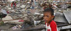Meer dan 4,4 miljoen mensen op de Filipijnen zijn getroffen door tyfoon Haiyan. Honderdduizenden mensen zijn dakloos. Meer dan 10.000 mensen kwamen om het leven. Help de slachtoffers van orkaan Haiyan:   geef-nu.giro555.nl  #filippijnen #haiyan #oxfamnovib