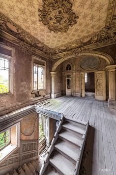 Abandoned house in Italy Abandoned house in Italy Related Abandoned Mansions That Are Absolutely ChillingBefore & After - Hooked on Houses Abandoned Buildings, Abandoned Mansion For Sale, Old Abandoned Houses, Abandoned Castles, Abandoned Mansions, Old Buildings, Abandoned Places, Old Houses, Old Mansions