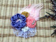 Jual headpiece jilbab  Terinspirasi oleh alam , headpiece bros cantik ini menambahkan sentuhan menyenangkan untuk pakaian apapun. Kombinasi warna musim semi yang menawan siap mewarnai hijab indahmu. Kami menambahkan bulu pada bagian atas bunga sehingga ia tampil unik. Hiasan kristal akan berkilauan ditengah cahaya.  Length : 10cm  Width of Flower : 9cm  Width of Flower + Feather (bulu) : 15cm