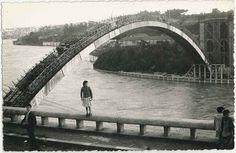Reflexão Portista: Uma ponte pintada em tons de azul-e-branco