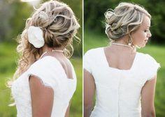 Brautfrisuren seitlich gesteckt -locken-halboffen-blume