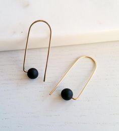CURVE_B black earrings gold earrings loop earrings Black Earrings, Wire Earrings, Etsy Earrings, Jewelry Hooks, Jewelry Accessories, Jewelry Design, Jewelry Frames, Etsy Jewelry, Diy Schmuck