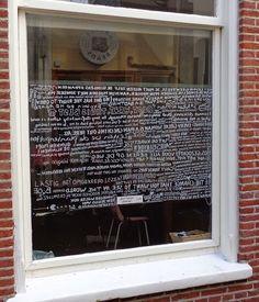 'Vitrage' van geschreven quotes. 'Curtain' of words.