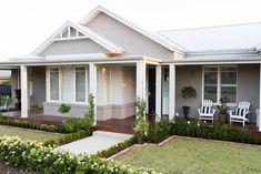Country style home cottage exterior colors, cottage paint colors, facade de Die Hamptons, Hamptons Style Homes, Modern Country Style, Country Style Homes, Coastal Style, Modern Coastal, Coastal Industrial, Facade Design, Exterior Design