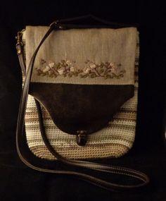 Bolso de ganchillo, con tapa de lino e imitación a cuero y bordada.