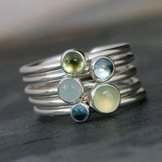 Lente Stacking Rings Een serene mix van blues en greens. Vijf handmade sterling silver stapelen ringen. Gladde ring banden worden ingesteld met een verscheidenheid van edelstenen. Draag ze allemaal samen, mix en overeenkomen met, of gewoon een mooie ring dragen tegelijkertijd. 5mm Prehniet 4mm Sky Blue Topaz 4mm Peridot 4mm Aquamarijn 3mm Swiss Blue Topaz Elke ring is 1/16 inch. De stack is samen meer dan een kwart inch breed (5/16). Deze set van ringen zullen met de hand gemaakt op b...