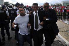 Departamento médico da Câmara atende sete pessoas após tumulto entre manifestantes e policiais do DF - http://noticiasembrasilia.com.br/noticias-distrito-federal-cidade-brasilia/2015/04/07/departamento-medico-da-camara-atende-sete-pessoas-apos-tumulto-entre-manifestantes-e-policiais-do-df/