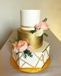 Gold Wedding Cakes Loving this glam white and gold geometric wedding cake we delivered this past weekend to the Colony House. The beautiful blush florals were… - White And Gold Wedding Cake, Blush Wedding Cakes, Big Wedding Cakes, Floral Wedding Cakes, Wedding Cake Designs, Wedding Cake Toppers, African Wedding Cakes, Wedding Yellow, Geometric Cake