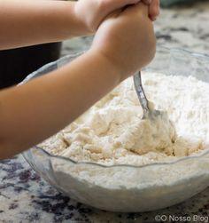 Receita fácil de como fazer massa de pizza em casa. Com apenas 3 ingredientes, você vai aprender os segredos das massas de pizza das pizzarias famosas.