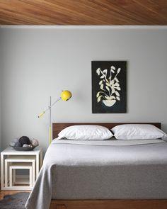 cores neutras, detalhes coloridos, quadro, boa roupa de cama.