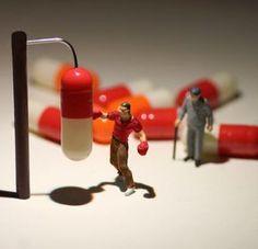 d'incroyables scènes miniatures dans lesquelles des figurines effectuent toutes sortes d'actions, du saut en hauteur sur des agrafes, course à pied sur cassettes audio, combat de sumo sur ipod et autres scènes du quotidien.