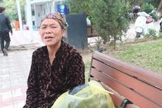 Kể với VnExpress, bà Nguyễn Thị Nậm (67 tuổi) cho hay trưa 18/2 đang nhặt ve chai quanh hồ Gươm bỗng phát hiện nhóm các cô gái bán tăm đang xúm lại đòi một nam thanh niên thanh toán 500.000 đồng cho gói tăm nhỏ đã trót cầm. Quá bức xúc, bà Nậm quát lớn, nhóm này mới buông tha nạn...  http://cogiao.us/2017/02/20/lao-ba-tum-toc-co-gai-chat-chem-goi-tam-gia-nua-trieu-dong/