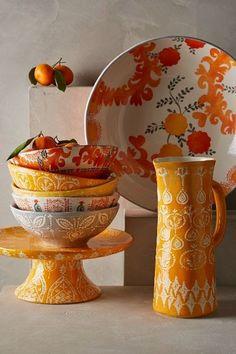 Mesas frescas, alegres y coloridas para un lunch en verano con flores y mariposas que invitan a disfrutar y compartir en la terraza o en el...