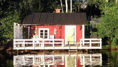 Järven päälle rakennettu terassi kruunaa saunatuokion.