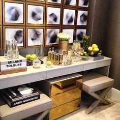 Repetir móveis de maneira centralizada, utilizar objetos decorativos que possuam uma unidade transformam o ambiente em algo mais unificado e organizado.