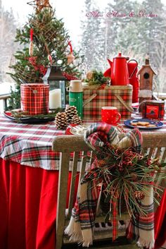 The Christmas countdown is just launched! Bring the magic of Christmas to your home! Because it is not always easy to imagine a Christmas decoration and holiday table consistent and really like you, deco. Tartan Christmas, Plaid Christmas, Country Christmas, Winter Christmas, All Things Christmas, Vintage Christmas, Merry Christmas, Christmas China, Christmas Kitchen