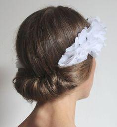 Idée coiffure de mariage : un chignon roulé