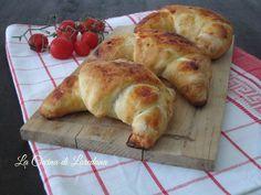 Un soffice e leggero impasto ed un goloso ripieno di pomodoro e mozzarella filante: Cornetti alla Pizza, una deliziosa idea da preparare anche per una festa
