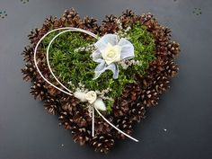 Have a look at this incredible photo - what an inventive type Funeral Flower Arrangements, Funeral Flowers, Floral Arrangements, Pine Cone Art, Pine Cone Crafts, Christmas Wreaths, Christmas Crafts, Christmas Decorations, Holiday Decor