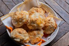 It really only takes a few minutes to make these fluffy Bisquick Cheddar Garlic Biscuits before putting in the oven. These are filled with garlic and cheese then topped with garlic butter after baking. Dumplings For Soup, Chicken And Dumplings, Bisquick Pie Crust, Copycat Recipes, Bread Recipes, Recipe Tin, Drop Biscuits, Vintage Recipes