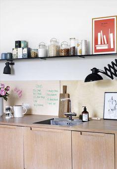 Dit køkken er til for at blive brugt – og du bruger sikkert en del tid i det! Gør derfor din indretning personlig med en vægplade af træ, som du kan skrive på. Vi guider dig trin for trin i galleriet her.