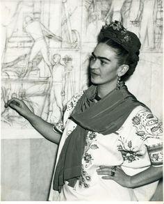 Frida frente al boceto del panel central del mural Pan American Unity, en el Auditorio del San Francisco City Collage. California, 1940. WITLOK / COLECCIÓN MUSEO FRIDA KAHLO