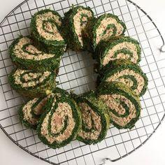 En nem forret eller frokost. Spinatroulade med tun er og bliver en af vores favoritter og det er oveni købet sundt ;-)Opskrift (1 stor roulade på størrelse med en bradepande):Spinatroulade:400 g. optøet spinat (drænet vægt)4 stk. ægsalt/peberTunfyld:3 ds. drænet tun5 Snack Recipes, Snacks, Healthy Recipes, I Want To Eat, Finger Foods, Avocado Toast, Green Beans, Tapas, Buffet