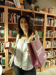 Antonia vino temprano, con tiempo para un café con charla. Se llevó dos libros… Montserrat, Paper Shopping Bag, Reusable Tote Bags, Reading Workshop, Dinghy, Small Talk, Culture, Feminine, Libros