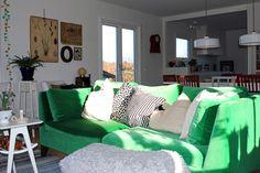 Vår älskade sammetssoffa! Soffan är 3-sitssoffan STOCKHOLM från IKEA i grön sammet. Tyget heter Sandbacka.