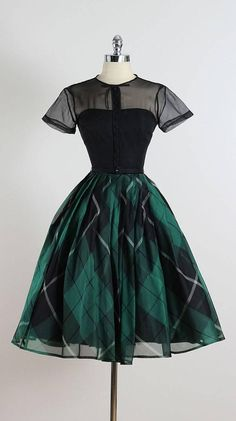 Vintage Jonny Herbert Plaid Dress – this is gorgeous, love the shape and the organza layers! Vintage Jonny Herbert Plaid Dress – this is gorgeous, love the shape and the organza layers! Retro Mode, Vintage Mode, 50s Vintage, Vintage Green, Rockabilly Vintage, Rockabilly Dresses, Vintage Shops, Pretty Dresses, Beautiful Dresses