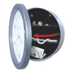 Dentro de un reloj de pared El reloj es autentico y funciona (sino se notaría mucho)