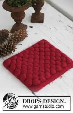 Knitted and felted DROPS Christmas pot stand in Eskimo. Free pattern by DROPS Design. Drops Design, Knitting Patterns Free, Free Knitting, Free Pattern, Crochet Dishcloths, Knit Or Crochet, Hot Pads, Felt Diy, Felt Crafts