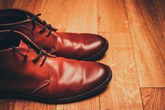 Abhilfe gegen stinkende Schuhe findest du nicht nur im Drogerieregal. Diese Hausmittel und einfachen Tipps helfen dabei, unangenehmen Fußgeruch loszuwerden.