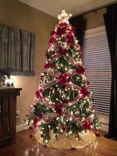 I fiori potrebbero essere l'ultima cosa che viene in mente quando si pensa a decorare l'albero di Natale.