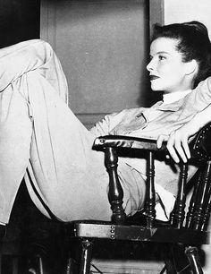 Style volontairement slouchy Katharine n'a pas impressionné Hollywood au début. Les cadres de la RKO a menacé de voler ses «salopette» (jeans) si elle n'a pas cesser de les porter.