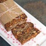 Statt Gluten binden bei diesem Nuss-Samen-Brot die indischen Flohsamen den Teig - funktioniert prima und schmeckt köstlichst mit Käse und Honig! Ausprobieren!