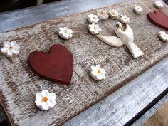 Placa de madeira de demolição, com divino e flores de madeira, coração de mdf. Lindo objeto de decoração. R$ 65,00